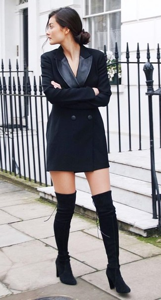 Wie kombinieren: schwarzes Tuxedokleid, schwarze Overknee Stiefel aus Wildleder