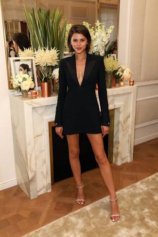 Damen Outfits & Modetrends: Wahlen Sie ein schwarzes Tuxedokleid, um einen raffinierten, aber nicht zu festlichen Look zu erzeugen. Vervollständigen Sie Ihr Look mit transparenten verzierten Leder Sandaletten.