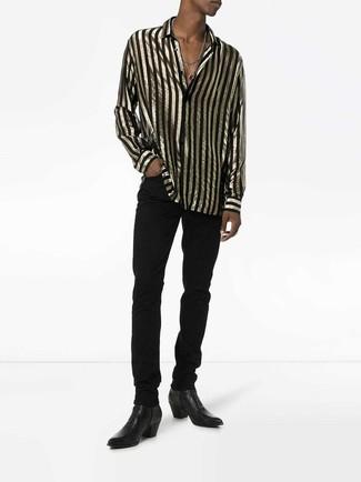 Wie kombinieren: schwarzes und goldenes vertikal gestreiftes Langarmhemd, schwarze Jeans, schwarze Chelsea-Stiefel aus Leder