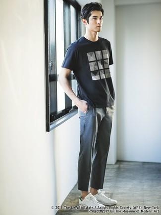 Wie kombinieren: schwarzes und weißes bedrucktes T-Shirt mit einem Rundhalsausschnitt, graue Chinohose, weiße Leder niedrige Sneakers