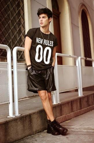Teenager: Schwarzes bedrucktes T-Shirt mit einem Rundhalsausschnitt kombinieren: Ein schwarzes bedrucktes T-Shirt mit einem Rundhalsausschnitt und schwarze Ledershorts sind eine perfekte Wochenend-Kombination. Fühlen Sie sich ideenreich? Entscheiden Sie sich für eine dunkelbraune Lederfreizeitstiefel.