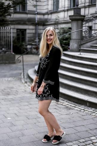 Wie kombinieren: schwarzes und weißes besticktes Folklore Kleid, schwarze flache Sandalen aus Leder, rosa Leder Umhängetasche