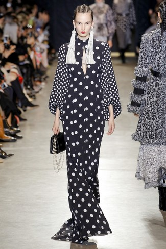 Wie kombinieren: schwarzes und weißes gepunktetes Ballkleid, schwarze Lederhandtasche, weiße verziert mit Perlen Ohrringe