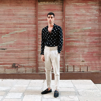Anzughose kombinieren – 500+ Herren Outfits: Paaren Sie ein schwarzes und weißes gepunktetes Langarmhemd mit einer Anzughose, um vor Klasse und Perfektion zu strotzen. Fühlen Sie sich mutig? Wählen Sie schwarzen Leder Slipper.