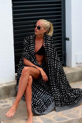 schwarzes und weißes gepunktetes Strandoberteil, schwarzes Bikinioberteil, schwarze Bikinihose für Damen