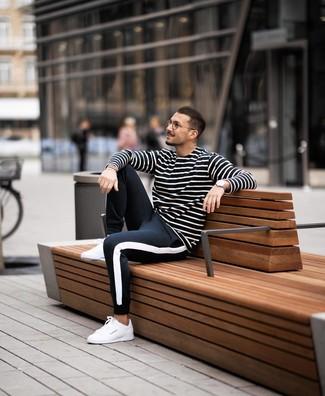 Wie kombinieren: schwarzes und weißes horizontal gestreiftes Langarmshirt, schwarze und weiße Jogginghose, weiße Leder niedrige Sneakers