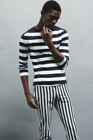 Wie kombinieren: schwarzes und weißes horizontal gestreiftes Langarmshirt, schwarze und weiße vertikal gestreifte Chinohose