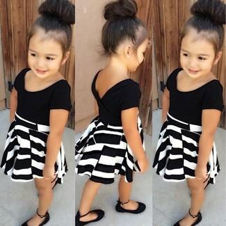 Wie kombinieren: schwarzes und weißes Kleid, schwarze Ballerinas
