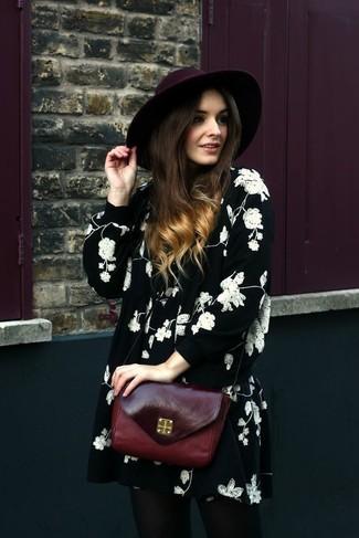 Wie kombinieren: schwarzes und weißes schwingendes Kleid mit Blumenmuster, dunkelrote Leder Umhängetasche, dunkelroter Wollhut
