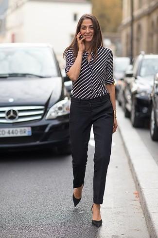 schwarzes und weißes vertikal gestreiftes Businesshemd, schwarze Anzughose, schwarze Wildleder Pumps für Damen
