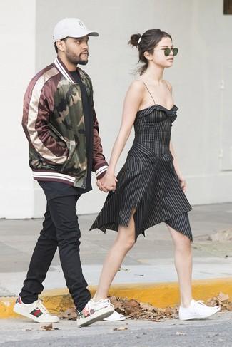 Dunkelgrüne Sonnenbrille kombinieren: trends 2020: Möchten Sie einen stylischen, lässigen Look erzeugen, ist die Paarung aus einem schwarzen vertikal gestreiften ausgestelltem Kleid und einer dunkelgrünen Sonnenbrille Ihre Wahl. Weiße Segeltuch niedrige Sneakers sind eine kluge Wahl, um dieses Outfit zu vervollständigen.