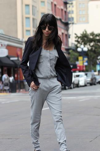 Wie kombinieren: schwarzes vertikal gestreiftes Sakko, grauer Jumpsuit, schwarze Slip-On Sneakers aus Leder