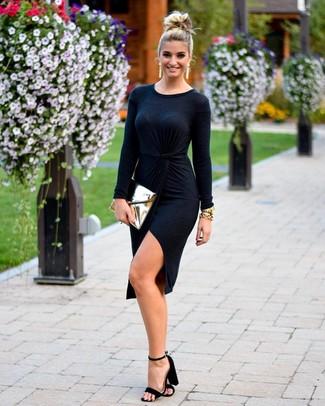 Wie kombinieren: schwarzes Wickelkleid, schwarze Wildleder Sandaletten, goldene Leder Clutch