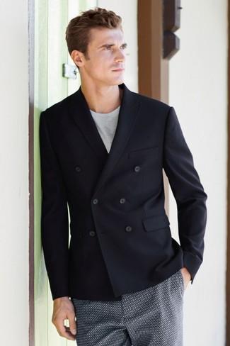 Wie kombinieren: schwarzes Zweireiher-Sakko, graues T-Shirt mit einem Rundhalsausschnitt, dunkelblaue bedruckte Shorts