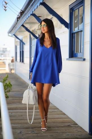 Wie kombinieren: blaues schwingendes Kleid, weiße Leder Sandaletten, weiße Leder Reisetasche, gelbe Sonnenbrille