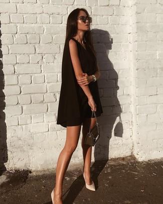 Wie kombinieren: schwarzes schwingendes Kleid, weiße Leder Pumps, schwarze verzierte Leder Umhängetasche, dunkelbraune Sonnenbrille