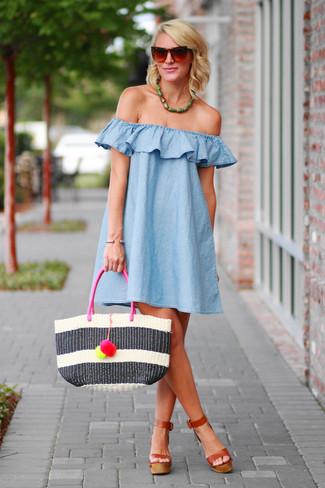 Tragen Sie ein hellblaues schwingendes kleid für ein bequemes Outfit, das außerdem gut zusammen passt. Putzen Sie Ihr Outfit mit braunen leder sandaletten.