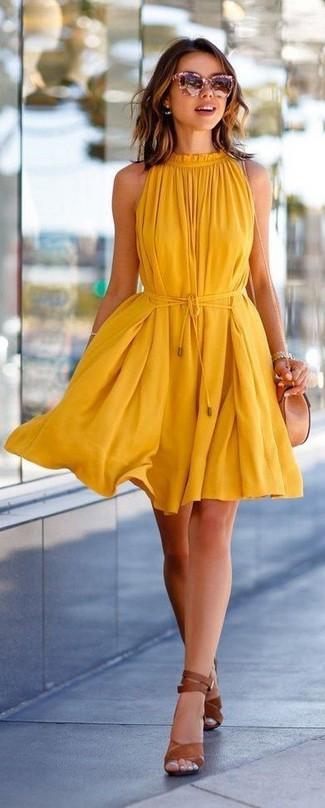 Wie kombinieren: gelbes schwingendes Kleid, braune Leder Sandaletten, hellbeige Leder Umhängetasche, rosa Sonnenbrille