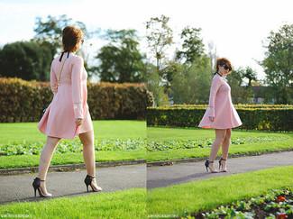 Wie kombinieren: rosa schwingendes Kleid, schwarze und gelbbraune Leder Sandaletten, hellblaue Leder Umhängetasche, schwarze Sonnenbrille