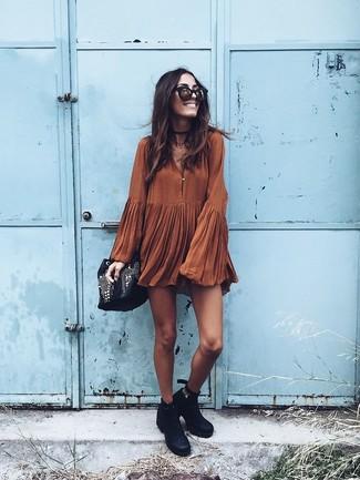 Wie kombinieren: rotbraunes schwingendes Kleid, schwarze Leder Stiefeletten, schwarze verzierte Leder Beuteltasche, schwarze und goldene Sonnenbrille