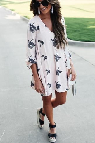 Entscheiden Sie sich für ein weißes schwingendes Kleid mit Blumenmuster für einen bequemen Alltags-Look. Machen Sie diese Aufmachung leger mit schwarzen Espadrilles.