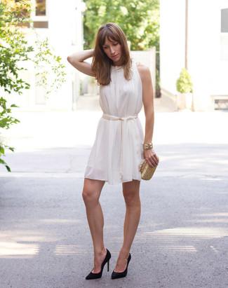 Damen Outfits & Modetrends 2020: Wahlen Sie ein weißes Seide schwingendes Kleid und Sie werden überall und zu jeder Zeit schick aussehen. Schwarze Wildleder Pumps sind eine großartige Wahl, um dieses Outfit zu vervollständigen.