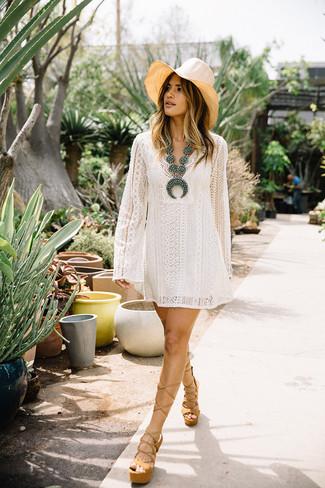 Wie kombinieren: weißes Spitze schwingendes Kleid, beige klobige Leder Sandaletten, hellbeige Strohhut, türkise verziert mit Perlen Halskette