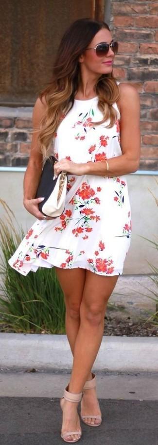 Wie kombinieren: weißes und rotes schwingendes Kleid mit Blumenmuster, hellbeige Leder Sandaletten, schwarze und weiße Leder Clutch, dunkelbraune Sonnenbrille
