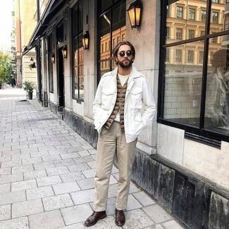 Dunkelgrüne Sonnenbrille kombinieren – 981+ Herren Outfits: Kombinieren Sie eine weiße Shirtjacke mit einer dunkelgrünen Sonnenbrille für einen entspannten Wochenend-Look. Machen Sie Ihr Outfit mit dunkelroten Leder Derby Schuhen eleganter.
