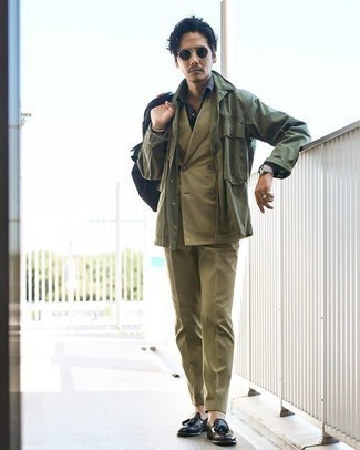 Olivgrüne Shirtjacke kombinieren – 346 Herren Outfits: Entscheiden Sie sich für eine olivgrüne Shirtjacke und einen olivgrünen Anzug für einen stilvollen, eleganten Look. Dieses Outfit passt hervorragend zusammen mit schwarzen Leder Slippern mit Quasten.