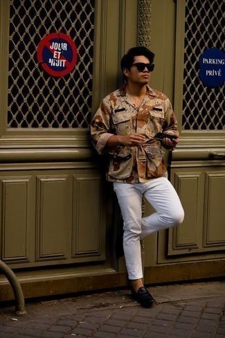 30 Jährige: Outfits Herren 2021: Vereinigen Sie eine beige Camouflage Shirtjacke mit weißen Jeans für ein großartiges Wochenend-Outfit. Setzen Sie bei den Schuhen auf die klassische Variante mit schwarzen Leder Slippern.