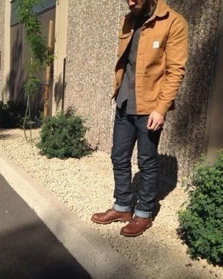 Herren Outfits & Modetrends 2020: Vereinigen Sie eine beige Shirtjacke mit dunkelgrauen Jeans für ein bequemes Outfit, das außerdem gut zusammen passt. Eine braune Lederfreizeitstiefel sind eine großartige Wahl, um dieses Outfit zu vervollständigen.