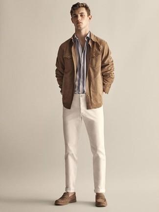 Beige Shirtjacke aus Wildleder kombinieren: trends 2020: Kombinieren Sie eine beige Shirtjacke aus Wildleder mit einer hellbeige Chinohose, um einen eleganten, aber nicht zu festlichen Look zu kreieren. Fühlen Sie sich mutig? Entscheiden Sie sich für braunen Wildleder Slipper.