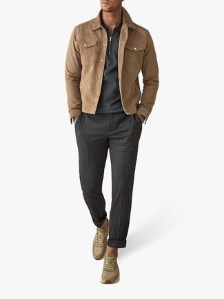Beige Shirtjacke aus Wildleder kombinieren: trends 2020: Entscheiden Sie sich für eine beige Shirtjacke aus Wildleder und eine dunkelgraue Chinohose, um einen eleganten, aber nicht zu festlichen Look zu kreieren. Warum kombinieren Sie Ihr Outfit für einen legereren Auftritt nicht mal mit olivgrünen Sportschuhen?