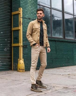 Wie kombinieren: beige Shirtjacke, dunkelgrüner Pullover mit einem Rundhalsausschnitt, hellbeige Jeans, dunkelgrüne Segeltuchfreizeitstiefel