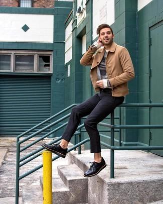 beige Shirtjacke aus Wildleder, hellbeige horizontal gestreifter Pullover mit einem Rundhalsausschnitt, schwarze Chinohose, schwarze Leder Derby Schuhe für Herren
