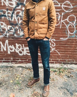 Wie kombinieren: beige Shirtjacke, schwarzes Sweatshirt, dunkelblaue enge Jeans, braune Lederfreizeitstiefel