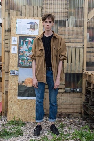Wie kombinieren: beige Shirtjacke, schwarzes T-Shirt mit einem Rundhalsausschnitt, blaue Jeans, schwarze Leder niedrige Sneakers