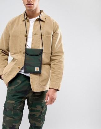 Wie kombinieren: beige Shirtjacke, weißes T-Shirt mit einem Rundhalsausschnitt, dunkelgrüne Camouflage Cargohose, dunkelgrüner Camouflage Brustbeutel aus Segeltuch