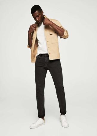 Wie kombinieren: beige Shirtjacke, weißes T-Shirt mit einem Rundhalsausschnitt, schwarze Jeans, weiße Leder niedrige Sneakers