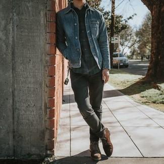 Dunkelblaues und grünes Langarmhemd mit Schottenmuster kombinieren – 205 Herren Outfits warm Wetter: Kombinieren Sie ein dunkelblaues und grünes Langarmhemd mit Schottenmuster mit grauen Jeans, um einen lockeren, aber dennoch stylischen Look zu erhalten. Putzen Sie Ihr Outfit mit einer braunen Wildlederfreizeitstiefeln.