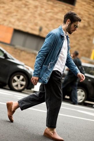 Wie kombinieren: blaue Jeansshirtjacke, weißes Polohemd, dunkelgraue Jeans, beige Leder Slipper