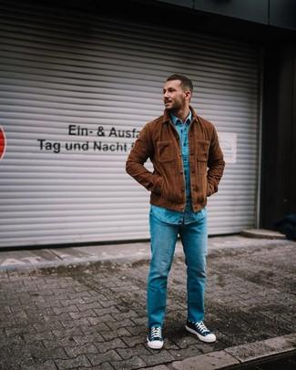 Wie kombinieren: braune Shirtjacke aus Cord, blaues Jeanshemd, blaue Jeans, dunkelblaue und weiße hohe Sneakers aus Segeltuch