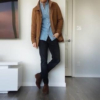 Hellblaues Chambray Langarmhemd kombinieren – 471 Herren Outfits: Vereinigen Sie ein hellblaues Chambray Langarmhemd mit schwarzen Jeans für ein bequemes Outfit, das außerdem gut zusammen passt. Fühlen Sie sich ideenreich? Ergänzen Sie Ihr Outfit mit dunkelbraunen Chelsea Boots aus Wildleder.