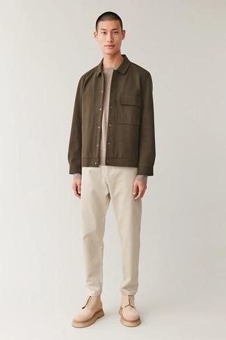 Herren Outfits 2020: Kombinieren Sie eine braune Shirtjacke mit einem beige Pullover mit einem Rundhalsausschnitt, wenn Sie einen gepflegten und stylischen Look wollen.
