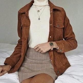 Wie kombinieren: braune Kordshirtjacke, weißer Rollkragenpullover, hellbeige Minirock mit Schottenmuster, beige Leder Uhr