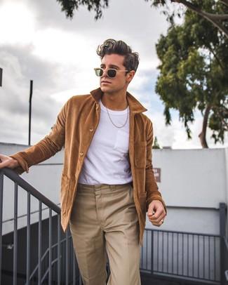 braune Shirtjacke, weißes T-Shirt mit einem Rundhalsausschnitt, beige Chinohose, beige Sonnenbrille für Herren