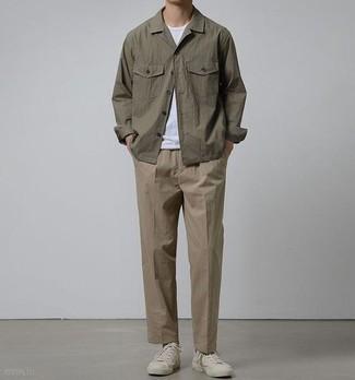 Jacke kombinieren: trends 2020: Entscheiden Sie sich für eine Jacke und eine braune Chinohose, um einen eleganten, aber nicht zu festlichen Look zu kreieren. Wählen Sie die legere Option mit weißen Segeltuch niedrigen Sneakers.