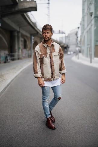 Hellblaue enge Jeans mit Destroyed-Effekten kombinieren – 286 Herren Outfits: Eine braune vertikal gestreifte Shirtjacke und hellblaue enge Jeans mit Destroyed-Effekten sind eine perfekte Outfit-Formel für Ihre Sammlung. Dunkelbraune Chelsea Boots aus Leder putzen umgehend selbst den bequemsten Look heraus.