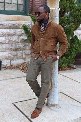 Silberne Uhr kombinieren: trends 2020: Entscheiden Sie sich für Komfort in einer braunen Shirtjacke aus Wildleder und einer silbernen Uhr. Fügen Sie braunen Wildleder Slipper mit Quasten für ein unmittelbares Style-Upgrade zu Ihrem Look hinzu.